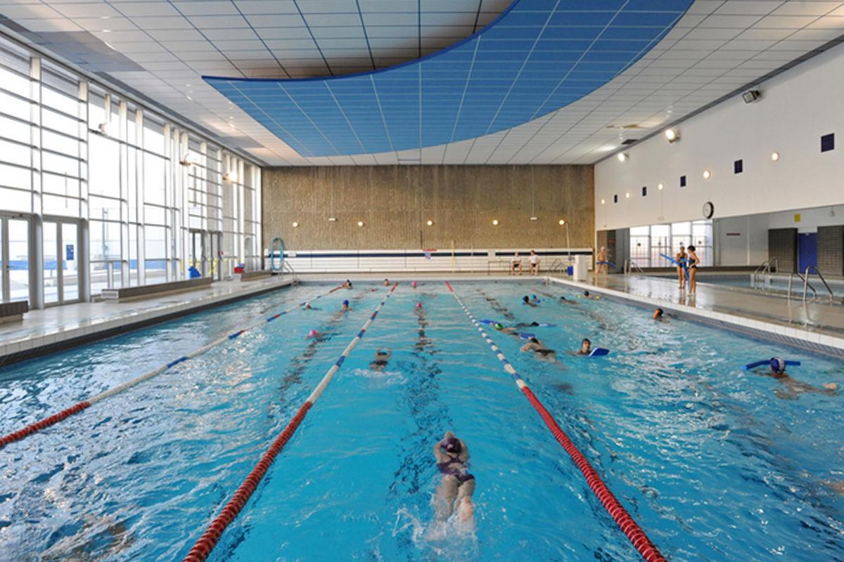 Plongez dans ces 5 piscines parisiennes de l 39 t for Aquagym piscine paris