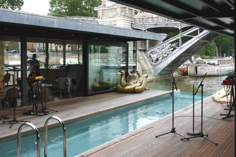 Off paris seine un bar flottant s 39 installe dans un h tel for Piscine 18eme paris